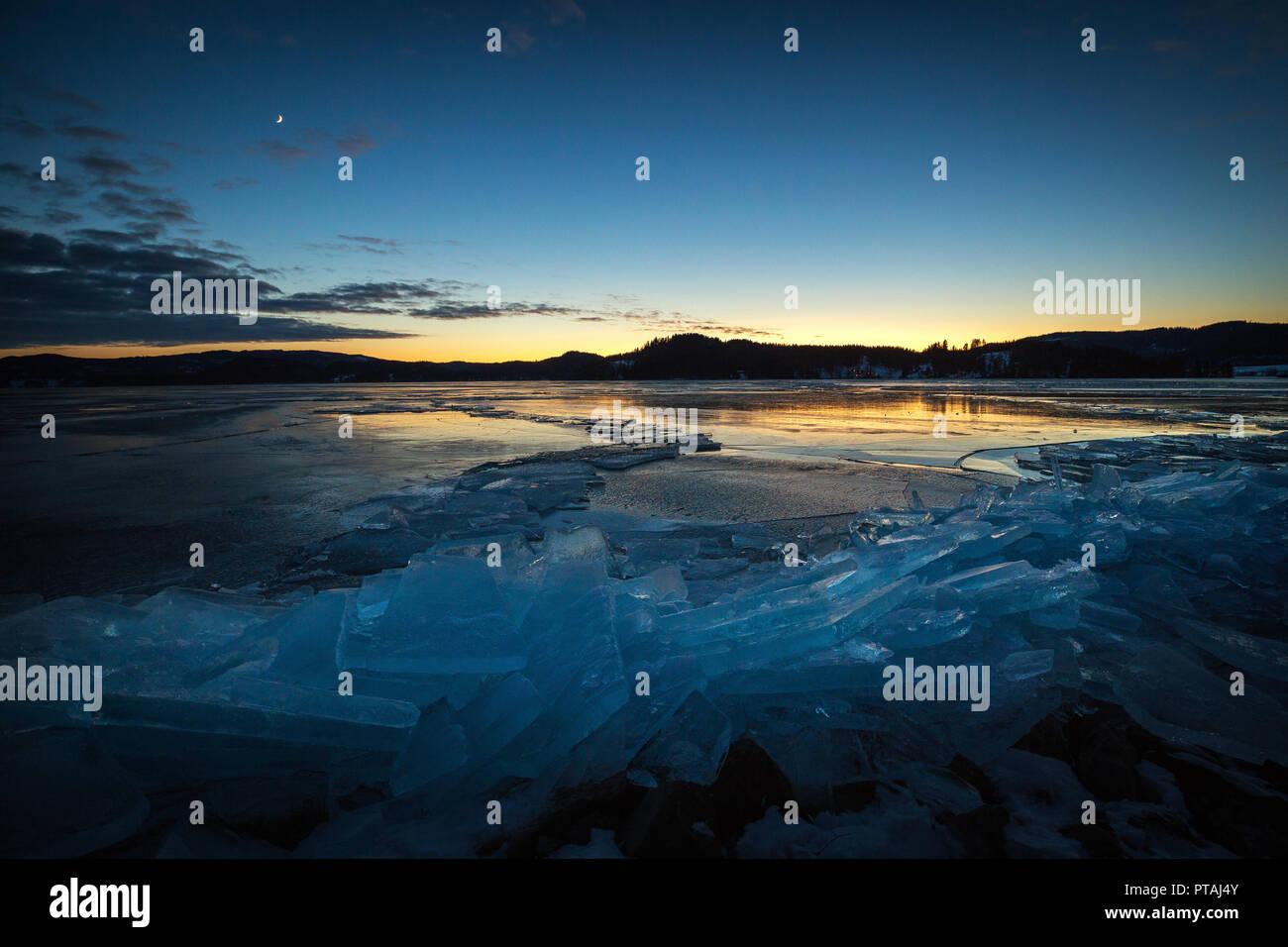 Copertura di ghiaccio congelato sul lago Jonsvatnet vicino a Trondheim, Norvegia. Immagini Stock