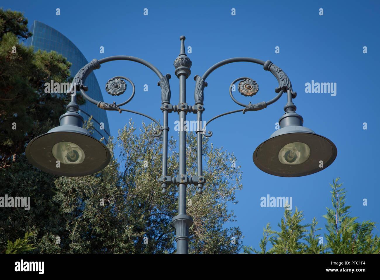 Lanterna Illuminazione : Lampione in vecchio stile sul cielo azzurro sfondo . illuminazione