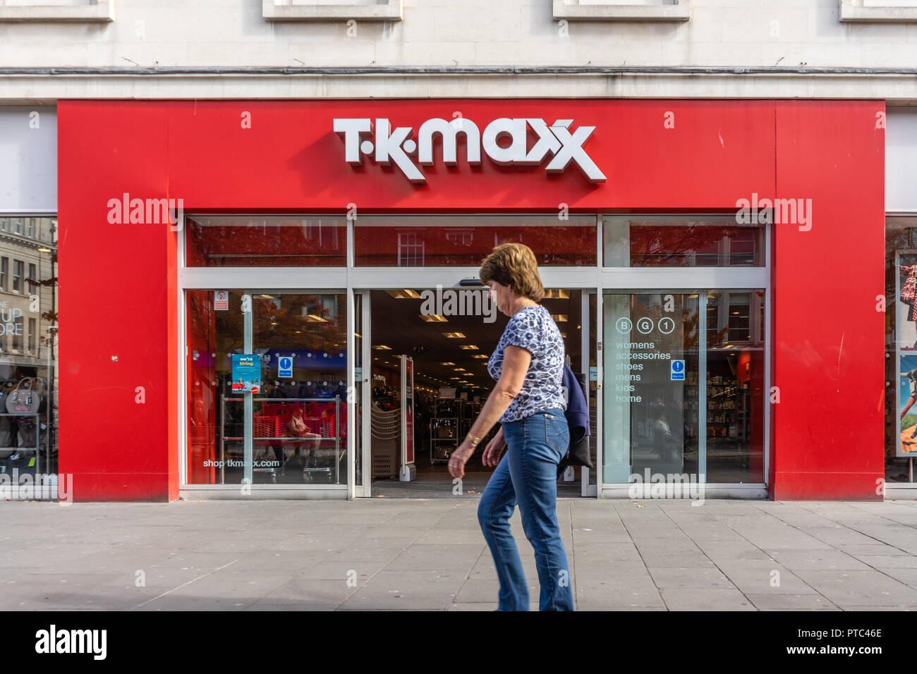 Una donna camminare davanti a un TK MAXX negozio di fronte in Inghilterra  meridionale 1c5ba4a1230