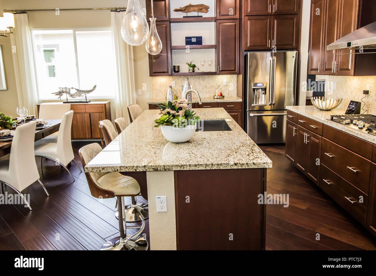 Cucina moderna con isola in marmo Banco Bar Foto & Immagine Stock ...