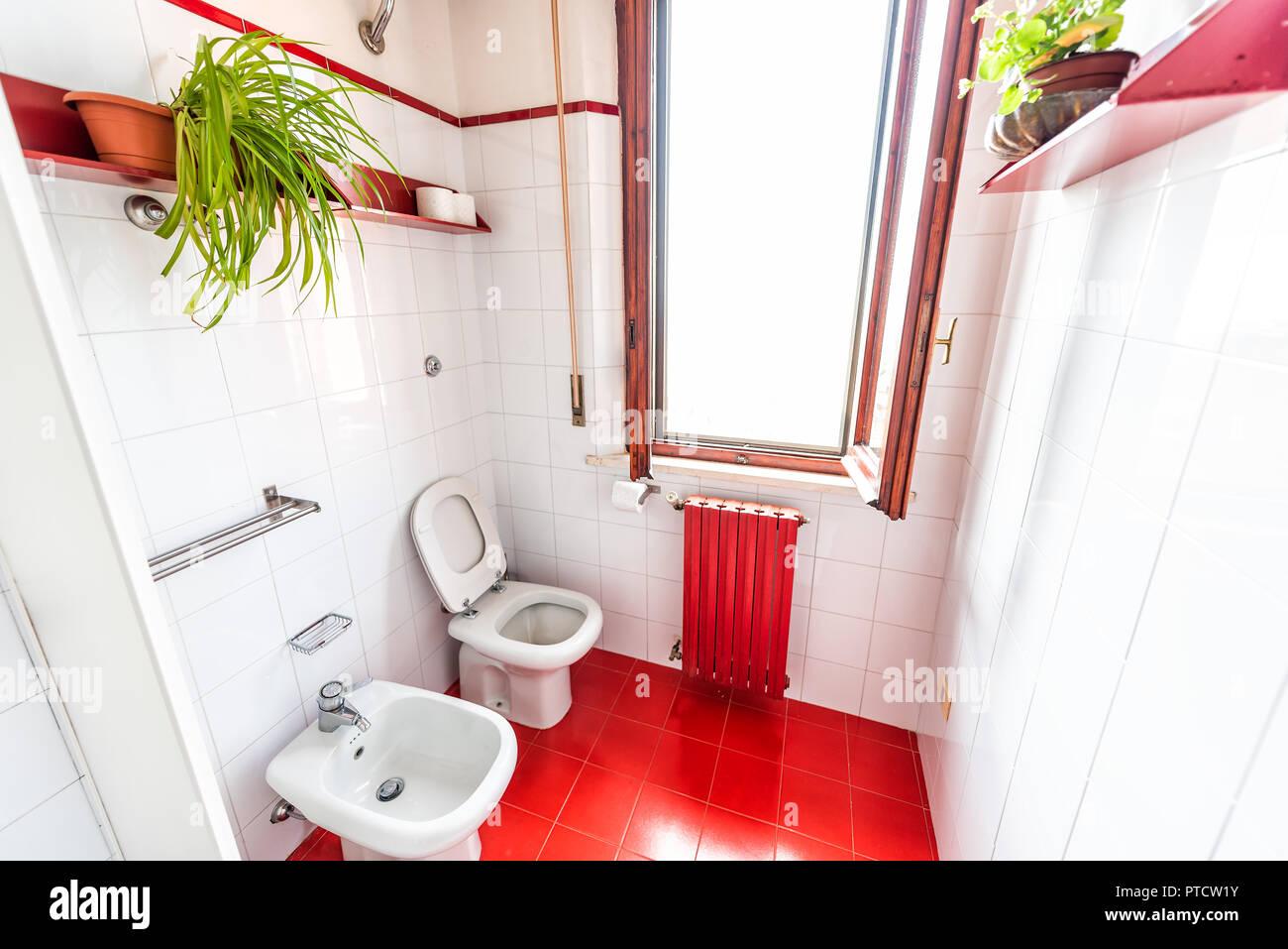 Pulire bianco wc bagno con rosso vibrante colore colorate