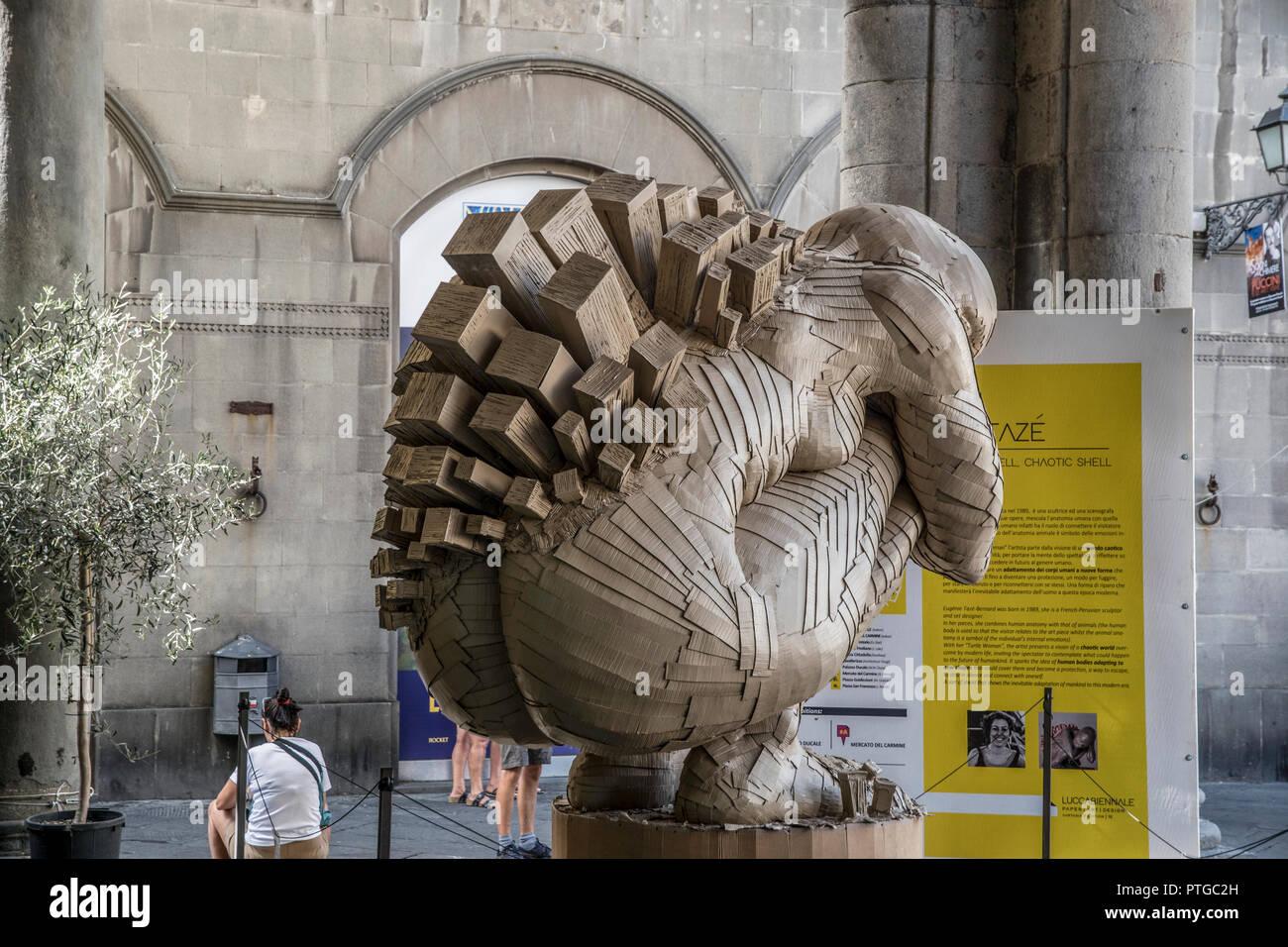 Silent Shell Shell caotica. Una scultura di Eugenie Taze-Bernard. Nel centro storico di Lucca, Toscana, Italia Immagini Stock