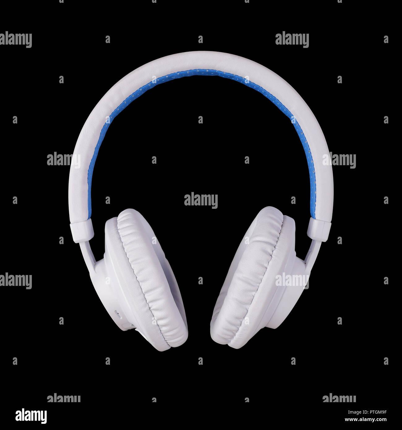 Attrezzature musicali - bianco blu cuffie wireless su uno sfondo nero. 3f3ff33069d7