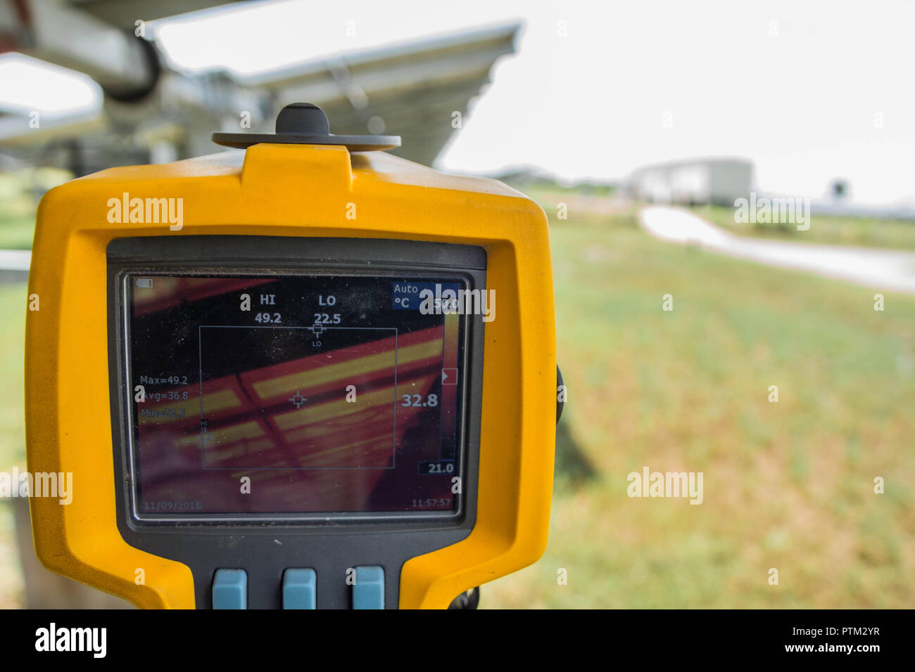 Thermoscan(immagine termica telecamera), la scansione nel pannello solare per controllare temp. Immagini Stock
