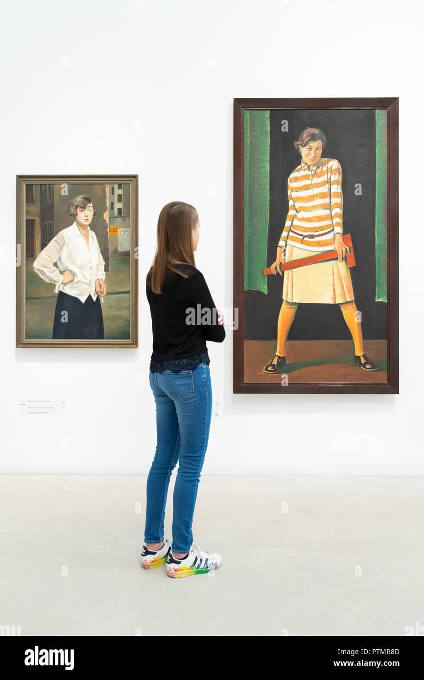 """Il 10 ottobre 2018, Baden-Wuerttemberg, Mannheim: nella mostra """"costruzione del mondo. Kunst und Ökonomie' alla Kunsthalle Mannheim opere degli artisti Rudolf Schlichter (l) con il titolo 'Margot' (1924) e Nikolai Sagrekow con il titolo 'Mädchen mit Reißschiene' (1929). Dalla giustapposizione di due epoche, la mostra espone per la prima volta la drammatica influenza di economia sull'arte. Foto: Uwe Anspach/dpa Foto Stock"""