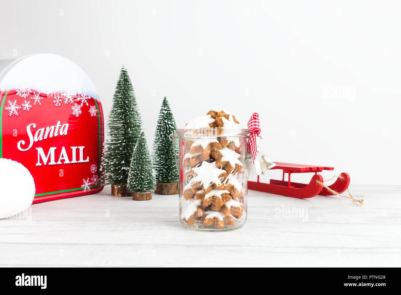 Biscotti Di Natale Zimtsterne.Biscotti Di Natale Tedesco Zimtsterne Cannella Stelle In Un Vaso Di Vetro Con Decorazione Di Natale Una Mazza Abeti Una Santa Cassetta Postale E Una Palla Di Neve Foto Stock Alamy