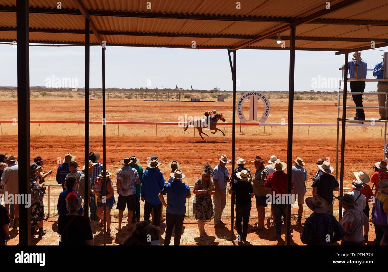 Spettatori guarda le gare di cavalli a Landor, 1000km a nord di Perth, Western Australia. Immagini Stock