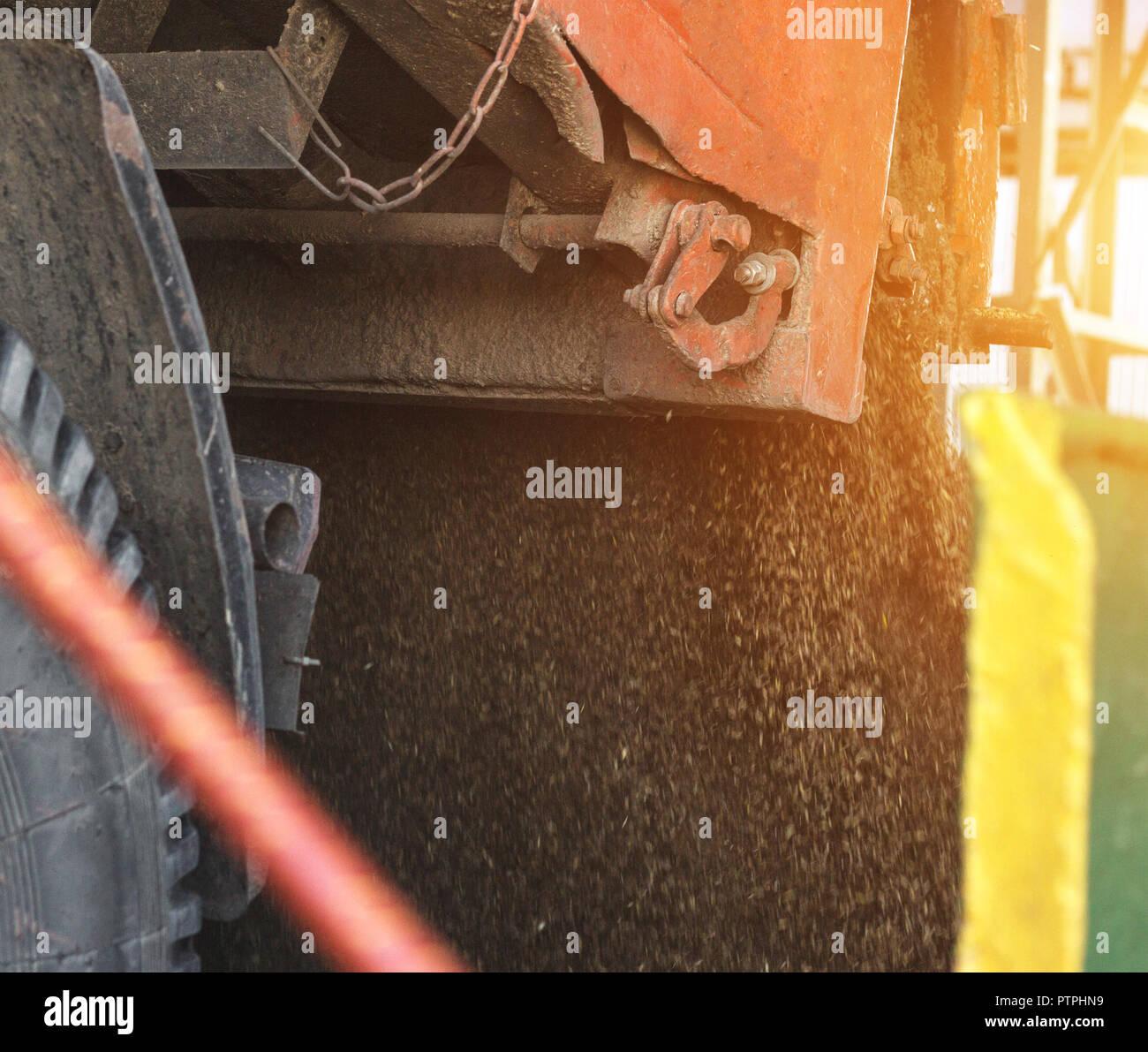 Lavorazione Del Mais.Il Carrello Scarica Il Grano Al Deposito Di Grano E Impianto