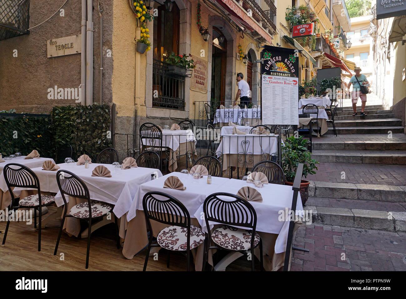 Ristorante idilliaca in un vicolo del centro storico di Taormina, Sicilia, Italia Foto Stock