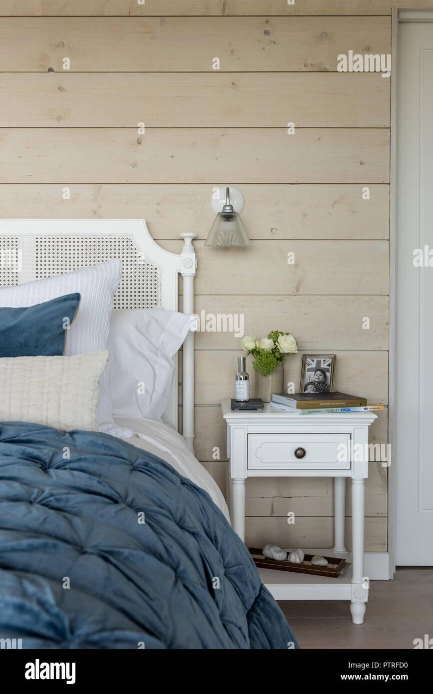 Rivestimenti In Legno Da Parete panno blu sul letto matrimoniale con rivestimento in legno e