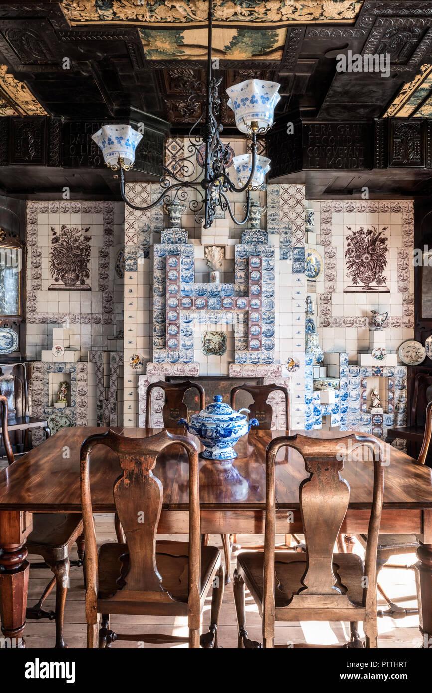 Tavolo In Mogano Con Chippendale Style Sedie In Sala Da Pranzo Rivestita Con Piastrelle Delftware Hauteville House Foto Stock Alamy