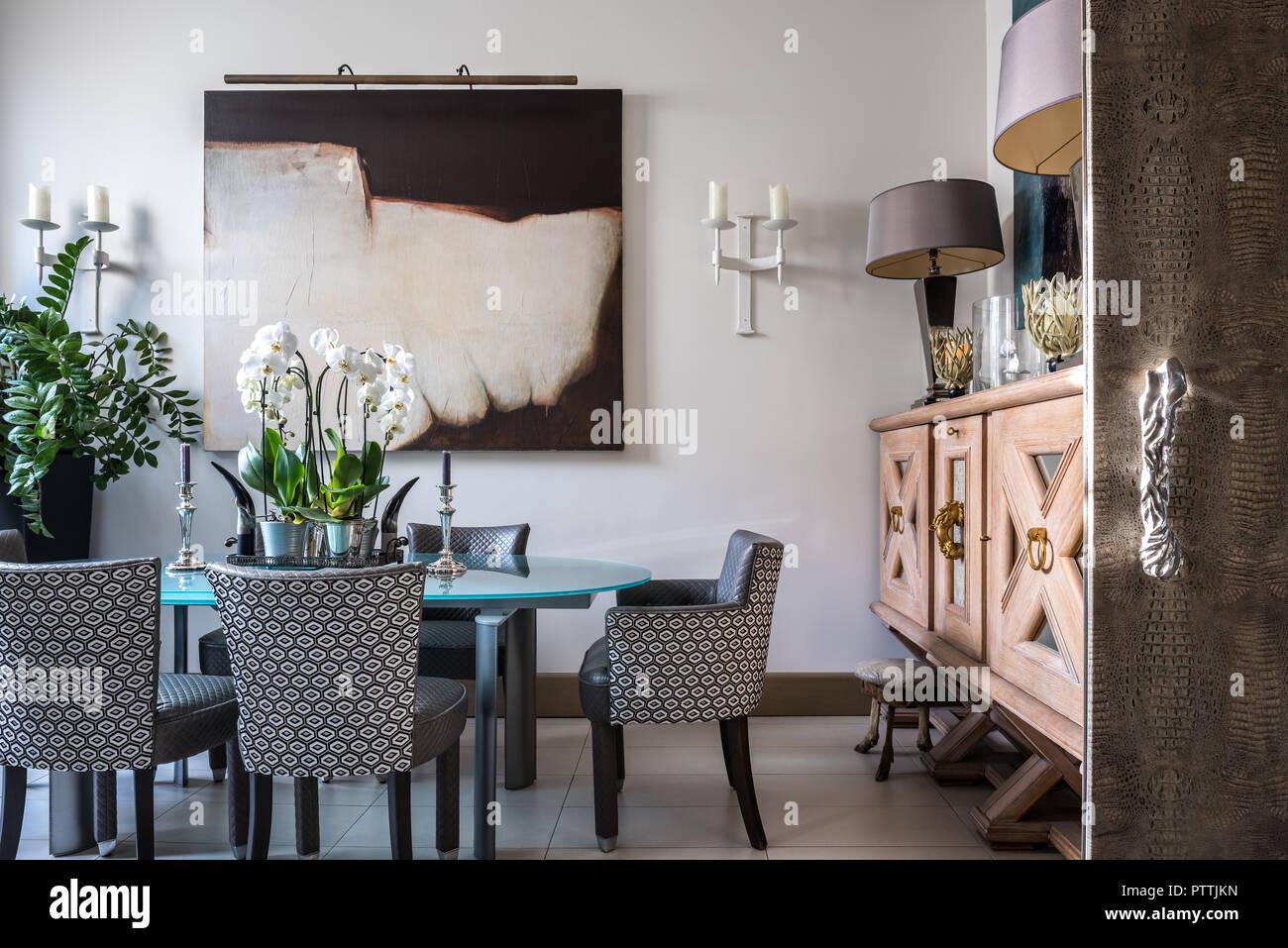 Credenza Moderna Sala Da Pranzo : Grande credenza in legno e arte moderna nella sala da pranzo con