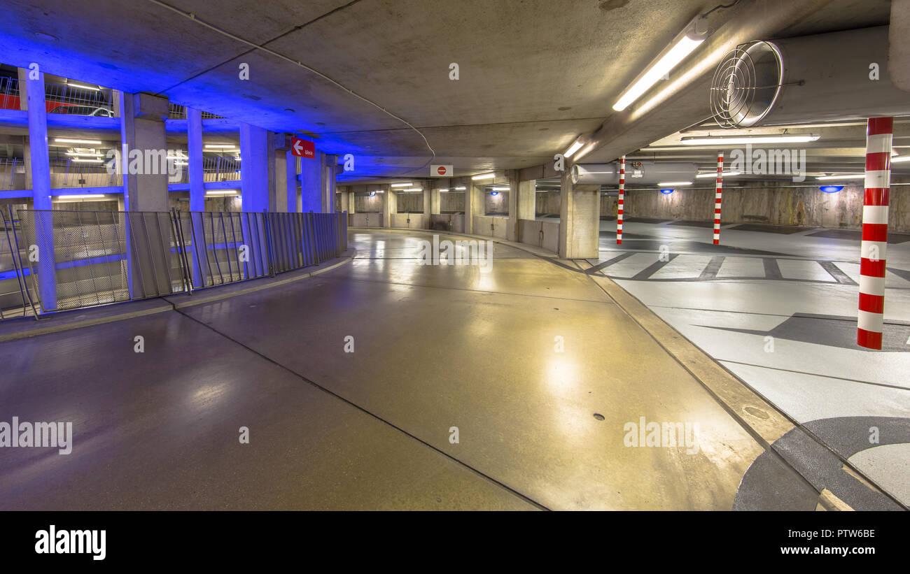 Viale vuoto circolare nel garage sotterraneo con illuminazione