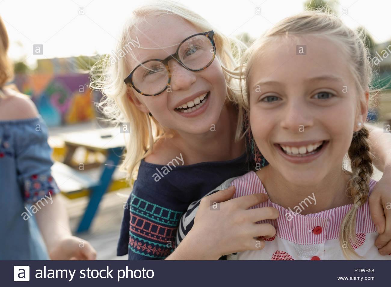 Ritratto giocoso e affettuoso sorelle Immagini Stock