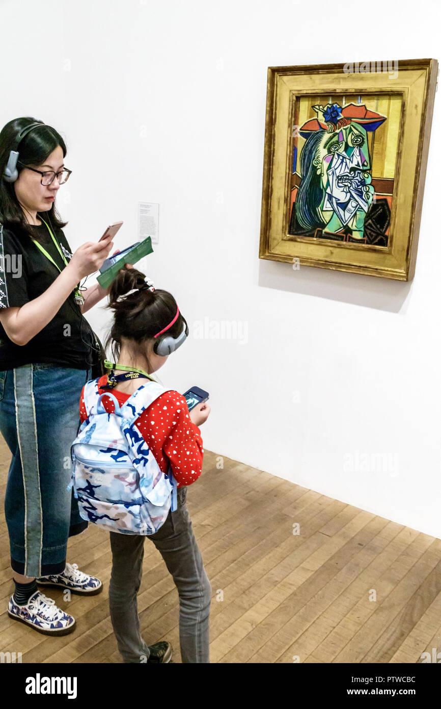Londra Inghilterra Regno Unito Gran Bretagna Southwark Bankside TateModern museo d' arte contemporanea gallery interior interno presentano pittura piangendo Wom Immagini Stock