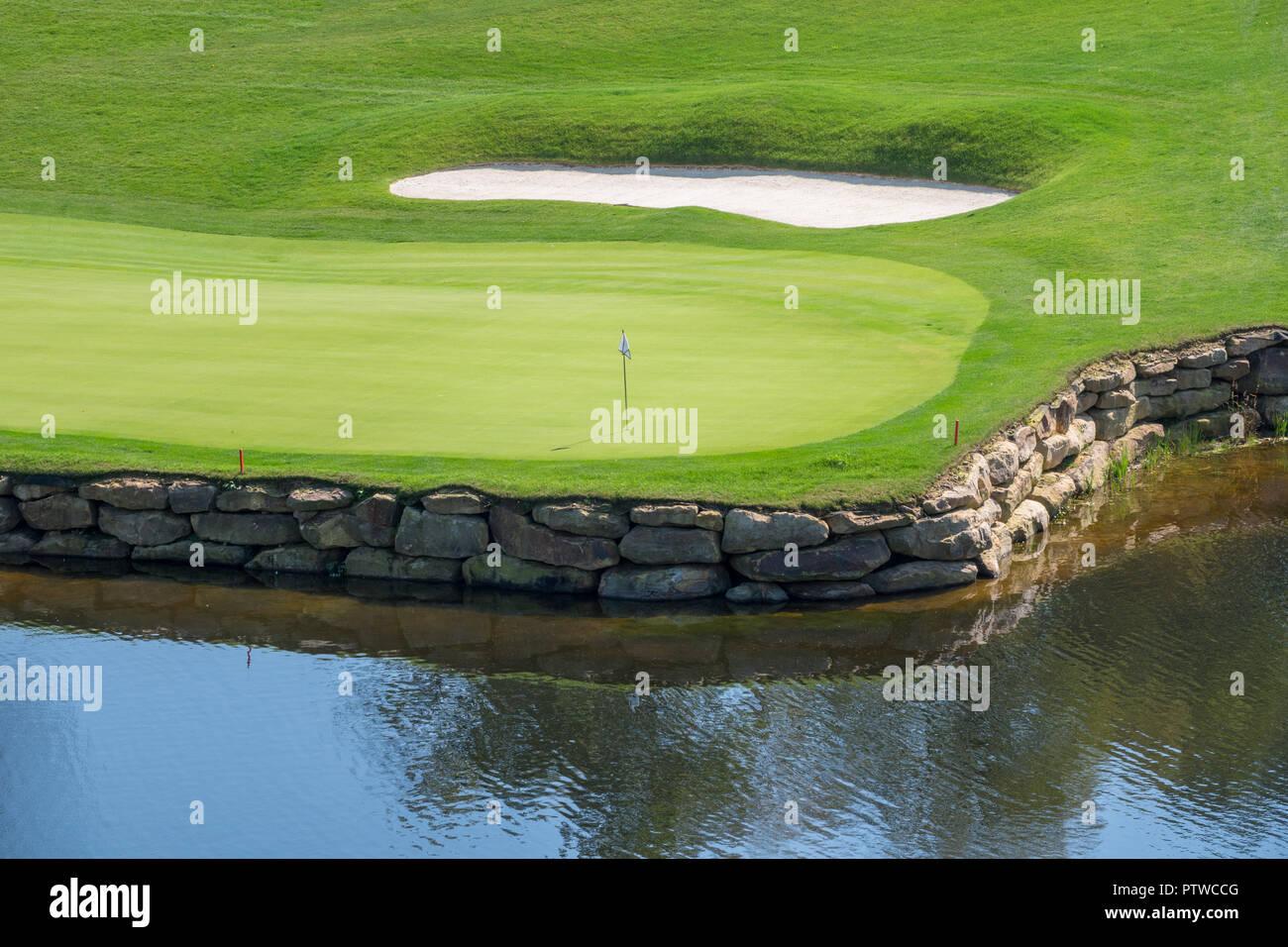 Foro di stimolanti di lusso sul campo da golf con acqua e sabbia Immagini Stock