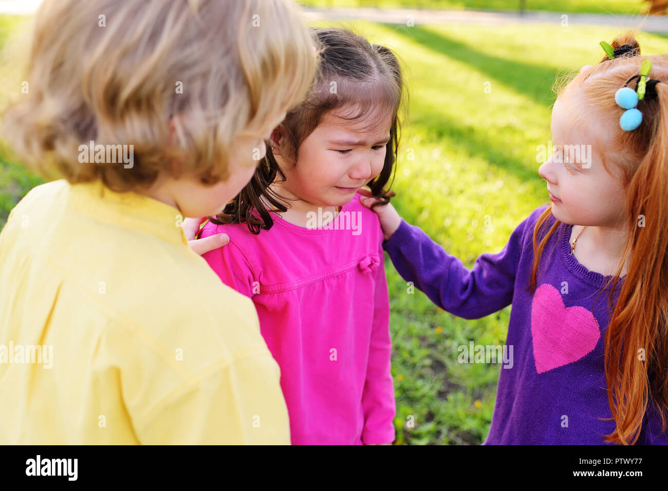 Bambini dispiace per un pianto bambina. Infanzia, amici, piangere, amicizia, peccato, sentimenti di compassione Immagini Stock