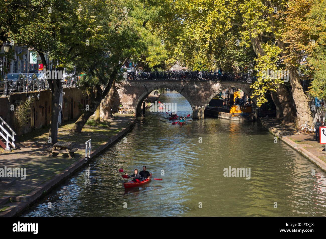 Utrecht, Paesi Bassi - 27 Settembre 2018: In canoa sul canale nel centro storico di Utrecht in autunno Immagini Stock
