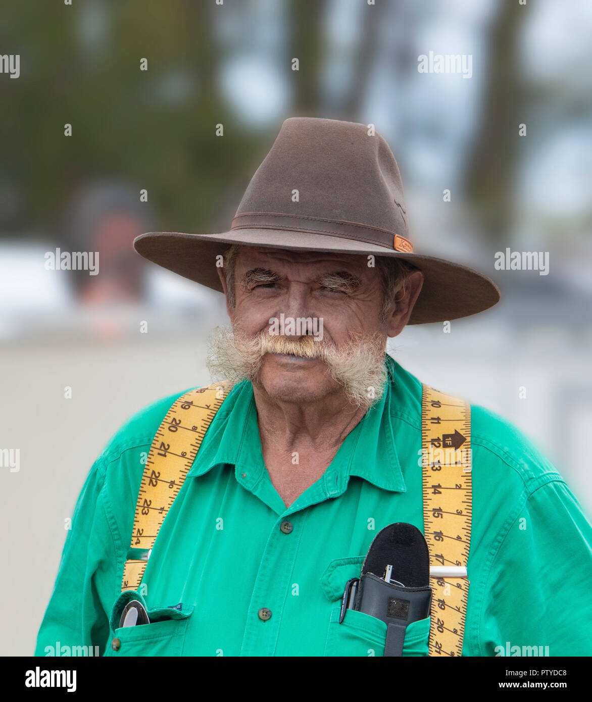 Ritratto di un uomo anziano con grandi baffi bianchi che indossa un cappello  giallo e bretelle f361dab146c7