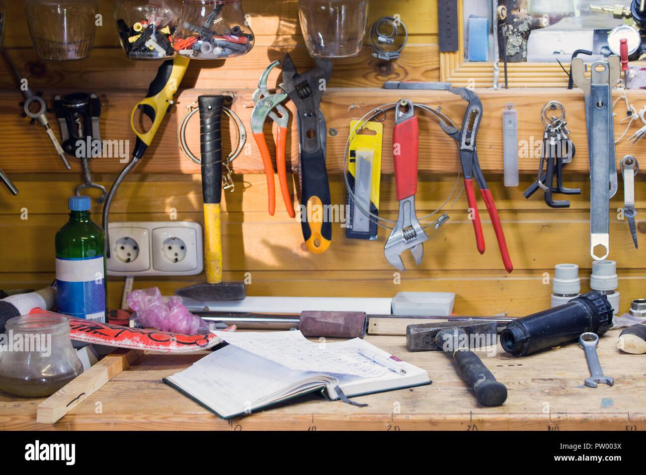Strumenti Per Lavorare Il Legno : Banco di lavoro in legno in officina sacco di diversi strumenti
