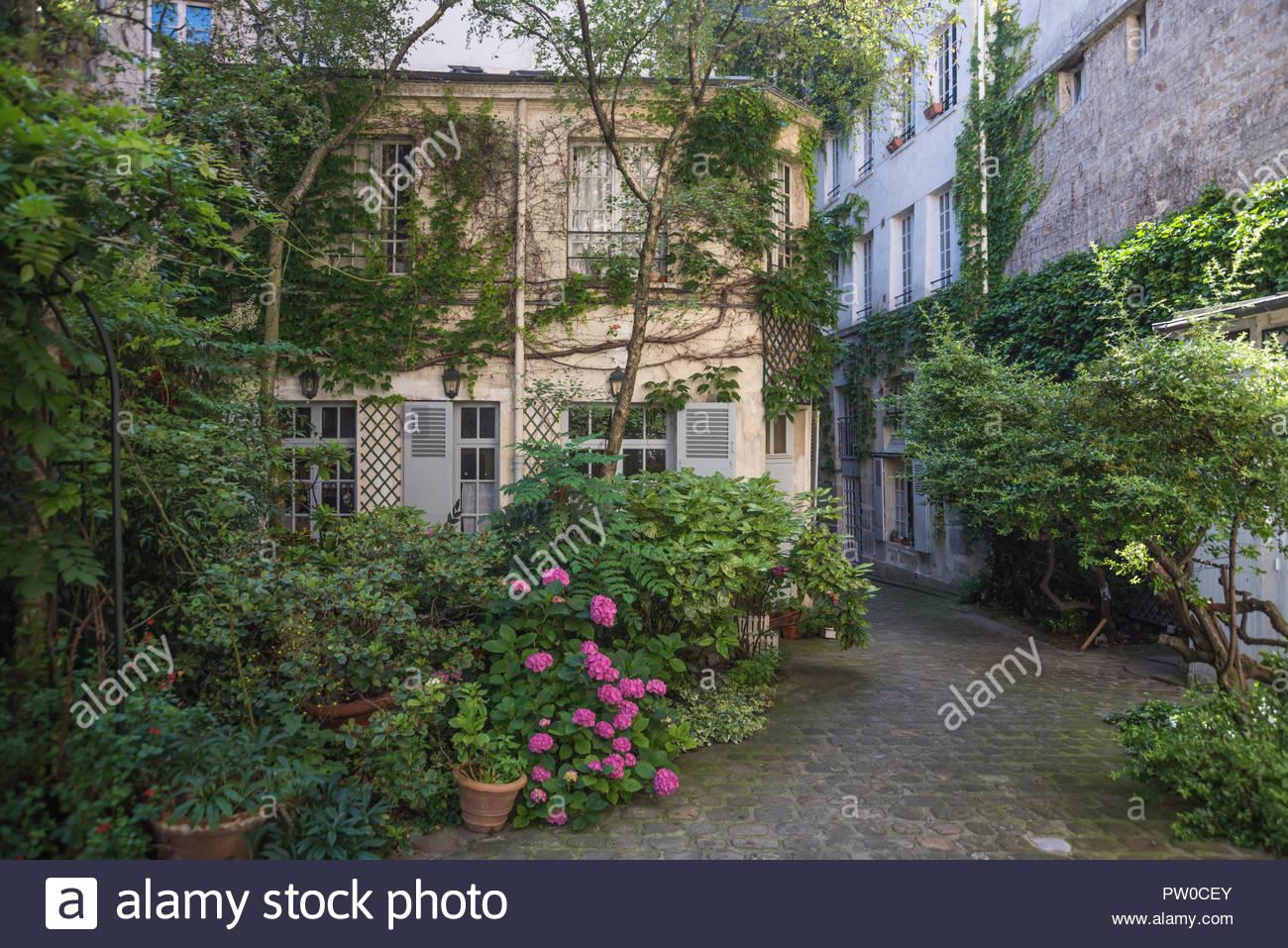 Parigi, Hinterhof 33 Rue de la Montagne, Seminaire des trente-trois, Kollegium der Dreiunddreissig (Priesterseminar) (Das Kollegium der Dreiunddreissig Immagini Stock