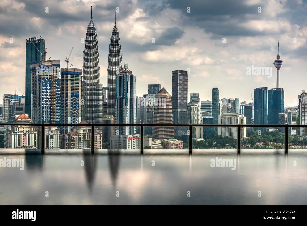 Skyline della città con piscina infinity, Kuala Lumpur, Malesia Immagini Stock