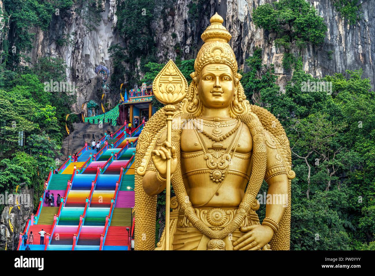 Ingresso Grotte Batu con la statua Murugan, Selangor, Kuala Lumpur, Malesia Immagini Stock