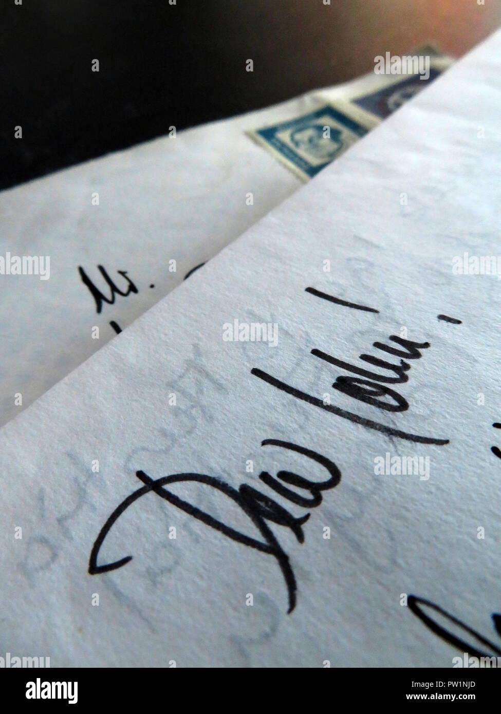 Scritto a mano lettere dall'estero a partire con il caro Giovanni Immagini Stock