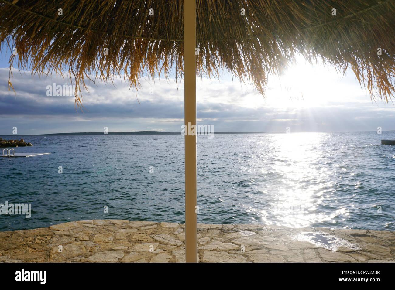 Sole Sotto L Ombrellone.Stone Mare Spiaggia Sotto L Ombrellone Di Foglie Di Palma