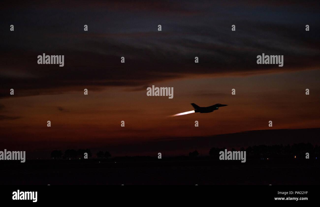 """Un F-16 Fighting Falcon dalla 80th Fighter Squadron """"Juvats"""" decolla da Kunsan Air Base, Repubblica di Corea, Ottobre 4, 2018. L ottantesimo FS è che partecipano in rosso Flag-Alaska, un 10-giorno United States Air Force esercizio che sottolinea l' importanza di combattimento air-air, tenutosi a Eielson Air Force Base. (U.S. Air Force foto di Senior Airman Stefan Alvarez) Immagini Stock"""