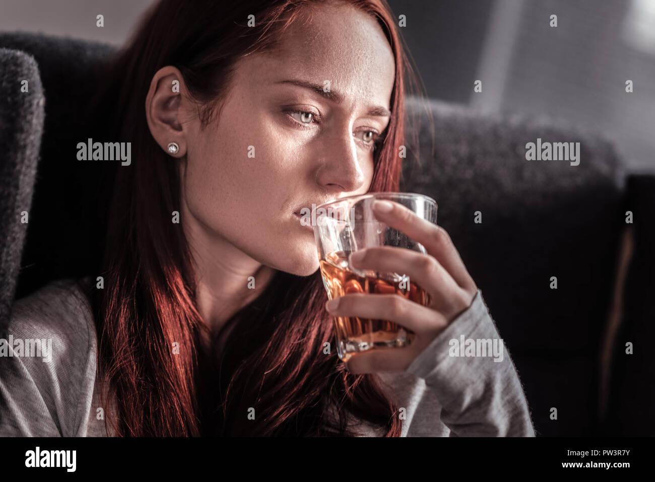 Premuto infelice donna con alcool dipendenza Immagini Stock