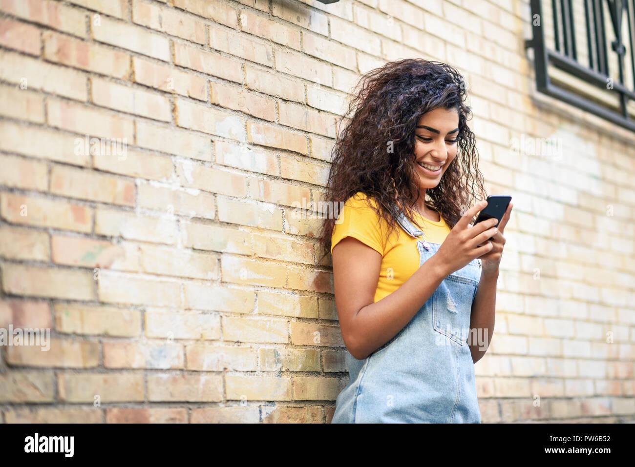 dfdd36428f I giovani nord donna africana texting con il suo smart phone all ...