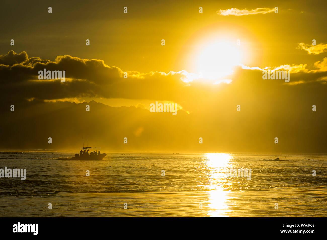 Sihouette di una piccola barca al tramonto, Papeete, Tahiti Immagini Stock