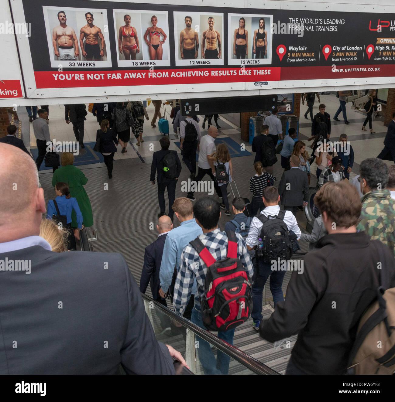 Pubblicità per il club salute, Liverpool Street Stazione Ferroviaria, London, England, Regno Unito Immagini Stock