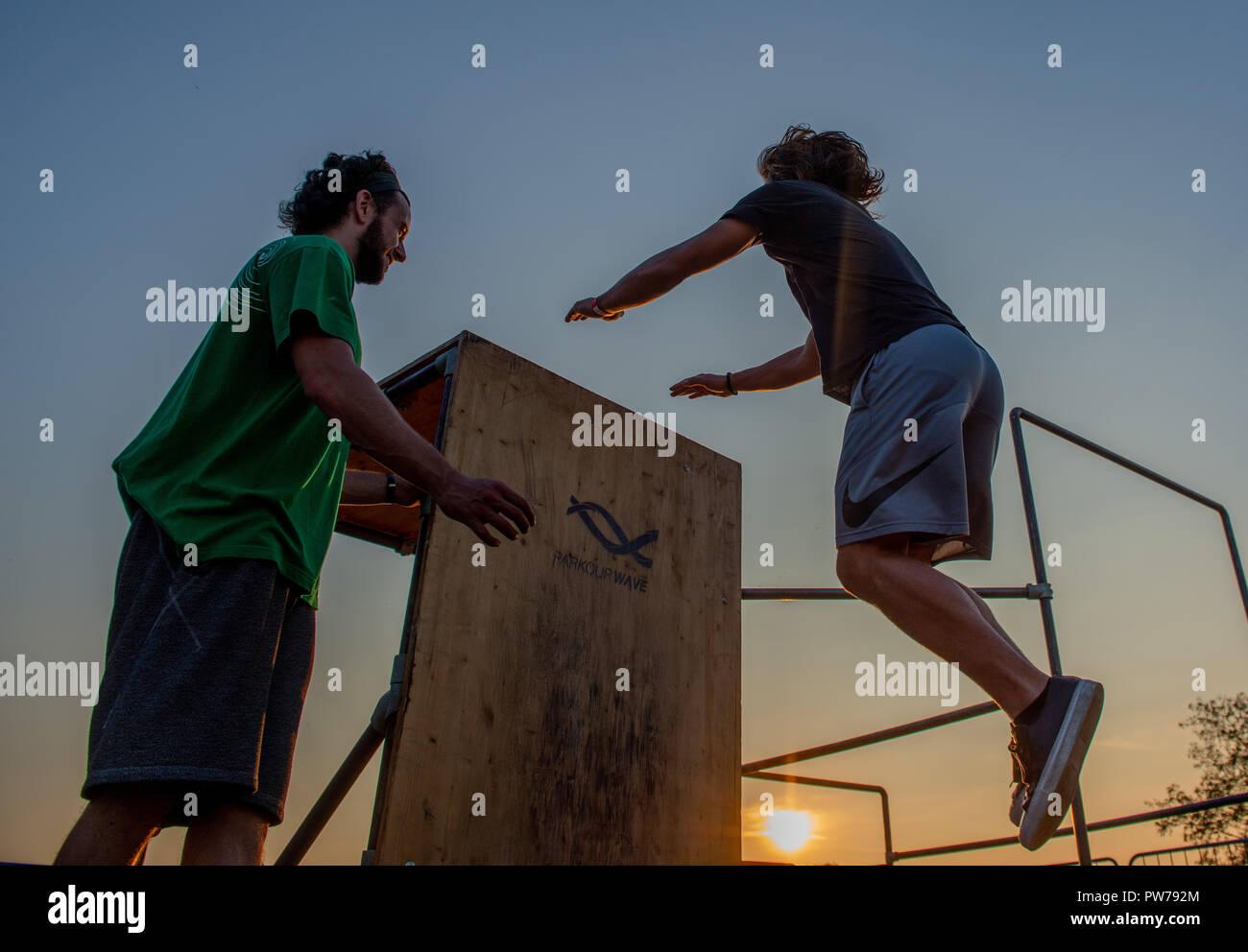 Bergamo Italia il 12 ottobre 2018:Parkour 'attività fisica in corsa, alpinismo e saltando di superare un ostacolo Foto Stock