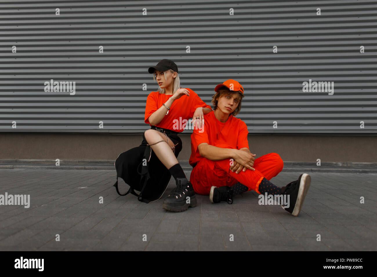 deea911ec1 Elegante coppia giovane con tappi nel quartiere alla moda di vestiti ...