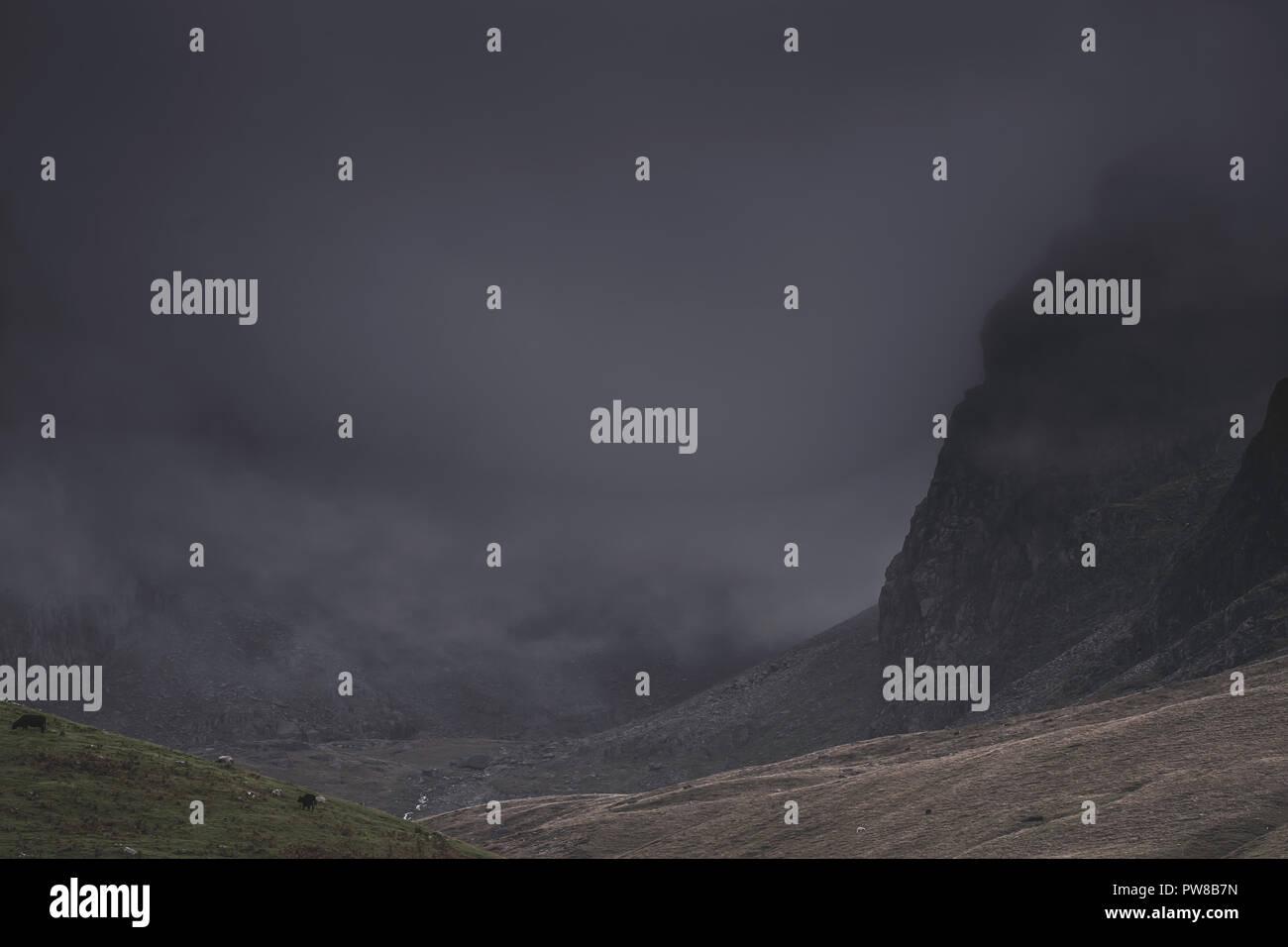 Meteo Uk.nuvole scure su picchi di montagna in Cumbria,North West England.drammatico paesaggio, condizioni meteorologiche estreme.scuro e moody.montagne di nebbia. Foto Stock