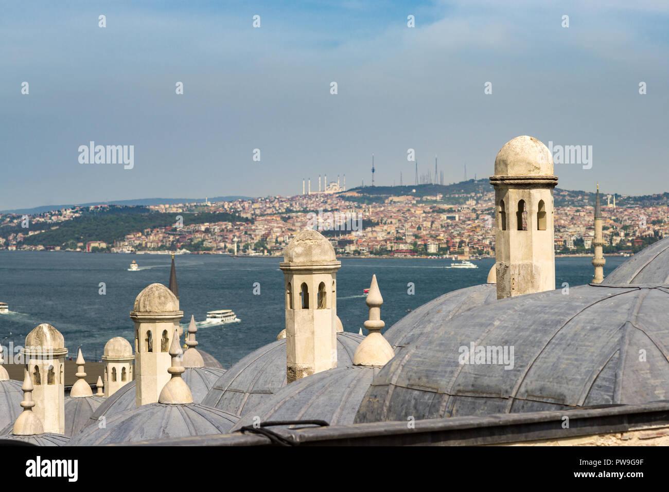 Immagini Camini In Pietra camini in pietra di edifici a cupola con il bosforo e lato