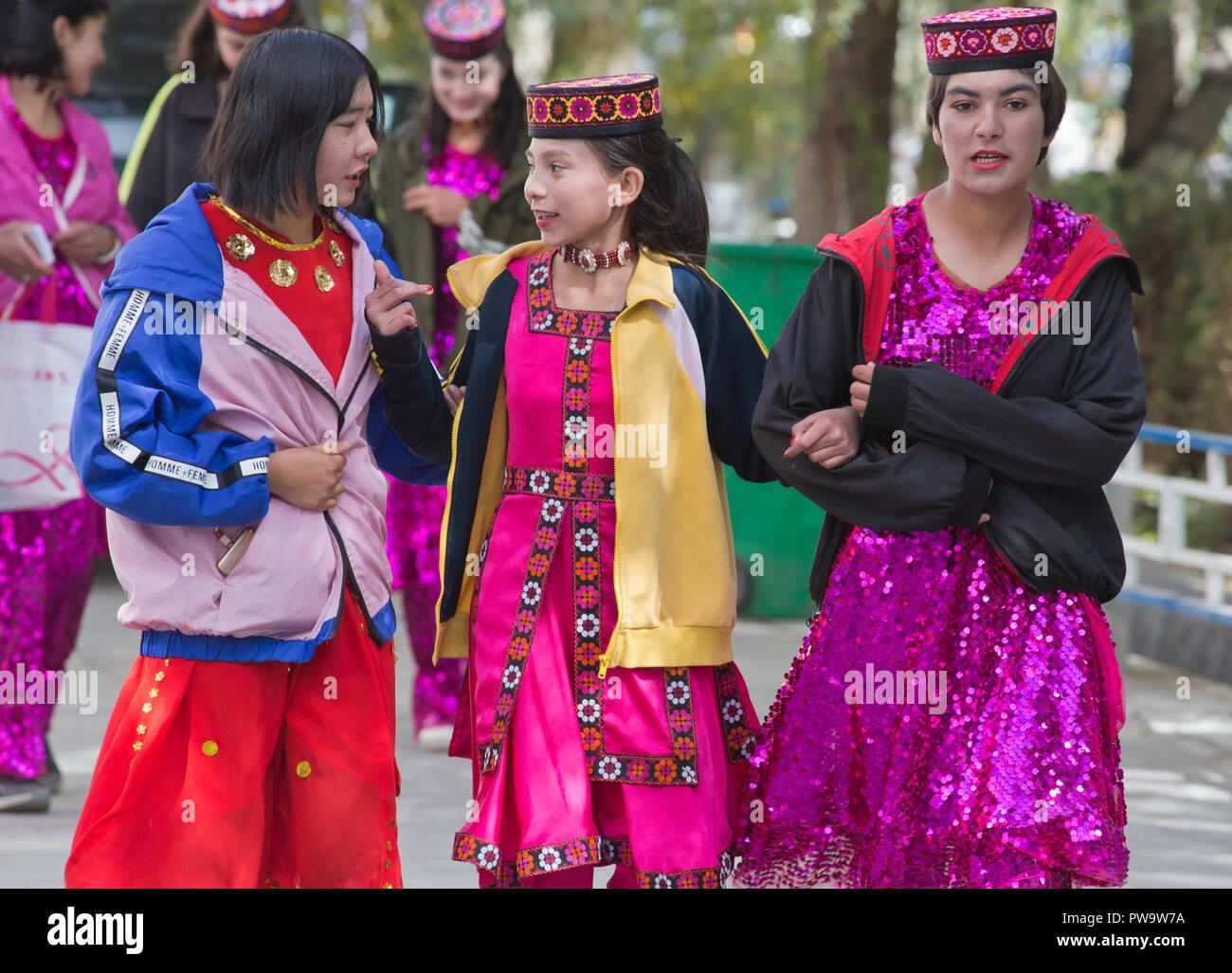 La popolazione locale in abito nazionale in Tashkurgan Immagini Stock