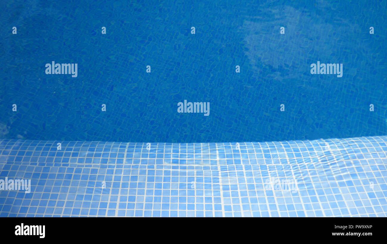 Colorate blu piscina piastrelle di nuoto di fondo acqua vuoto foto