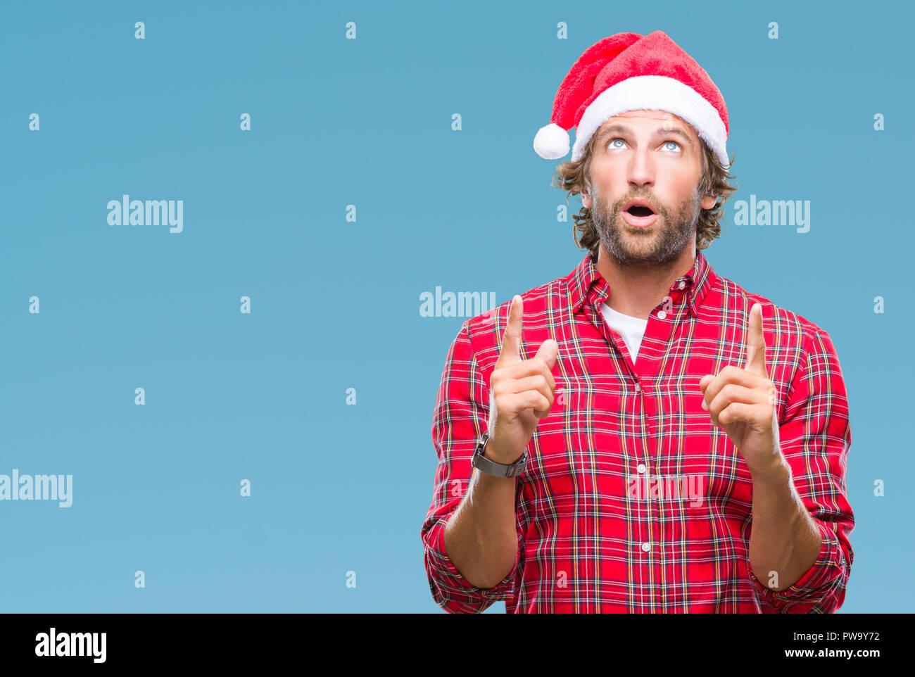 Babbo Natale Uomo Bello.Bello Ispanica Modello Uomo Indossa Babbo Natale Natale Su Sfondo Isolato Meravigliato E Sorpreso Cercando E Indicando Con Le Dita E Di Sollevamento Foto Stock Alamy