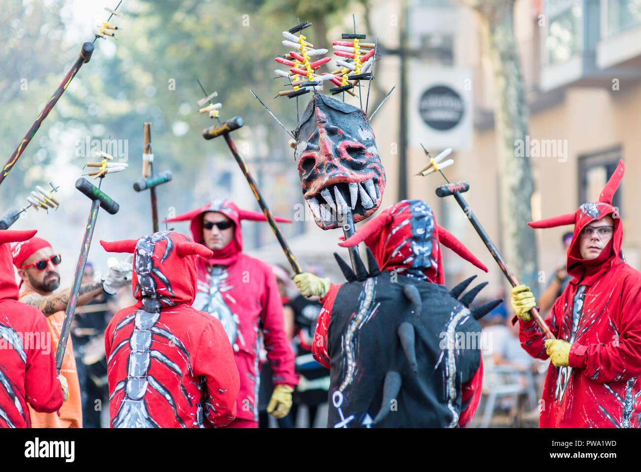 Uomini che indossano i costumi di eseguire per il Correfoc parade durante la Festa Major a Vilanova I la Geltru'. Barcellona, in Catalogna. Agosto 2018 Immagini Stock