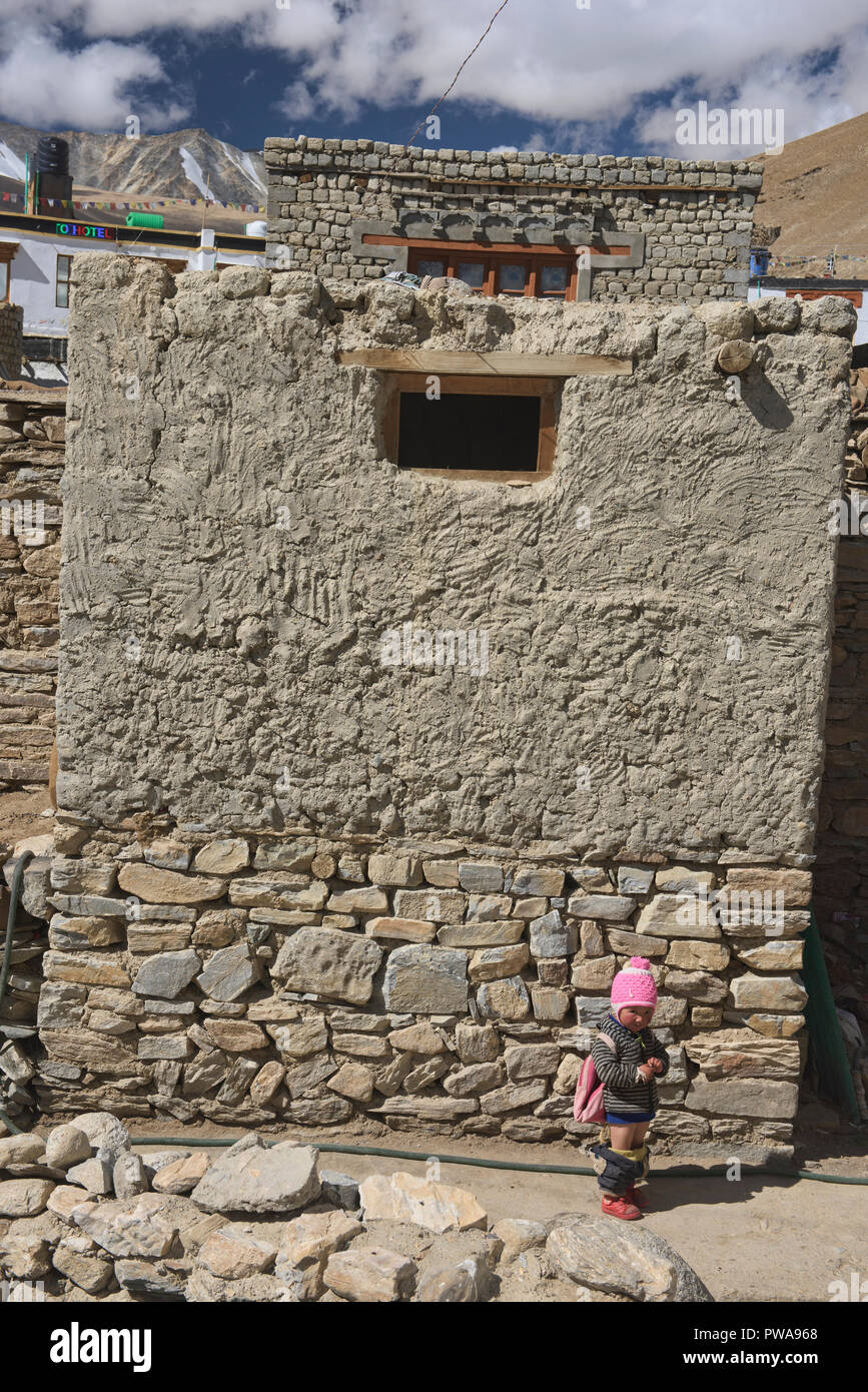 Catturati con la sua giù i pantaloni, Korzok, Ladakh, India Immagini Stock