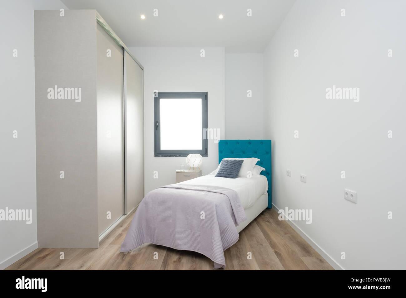 Piccola camera da letto con un letto singolo, ampio armadio e una ...