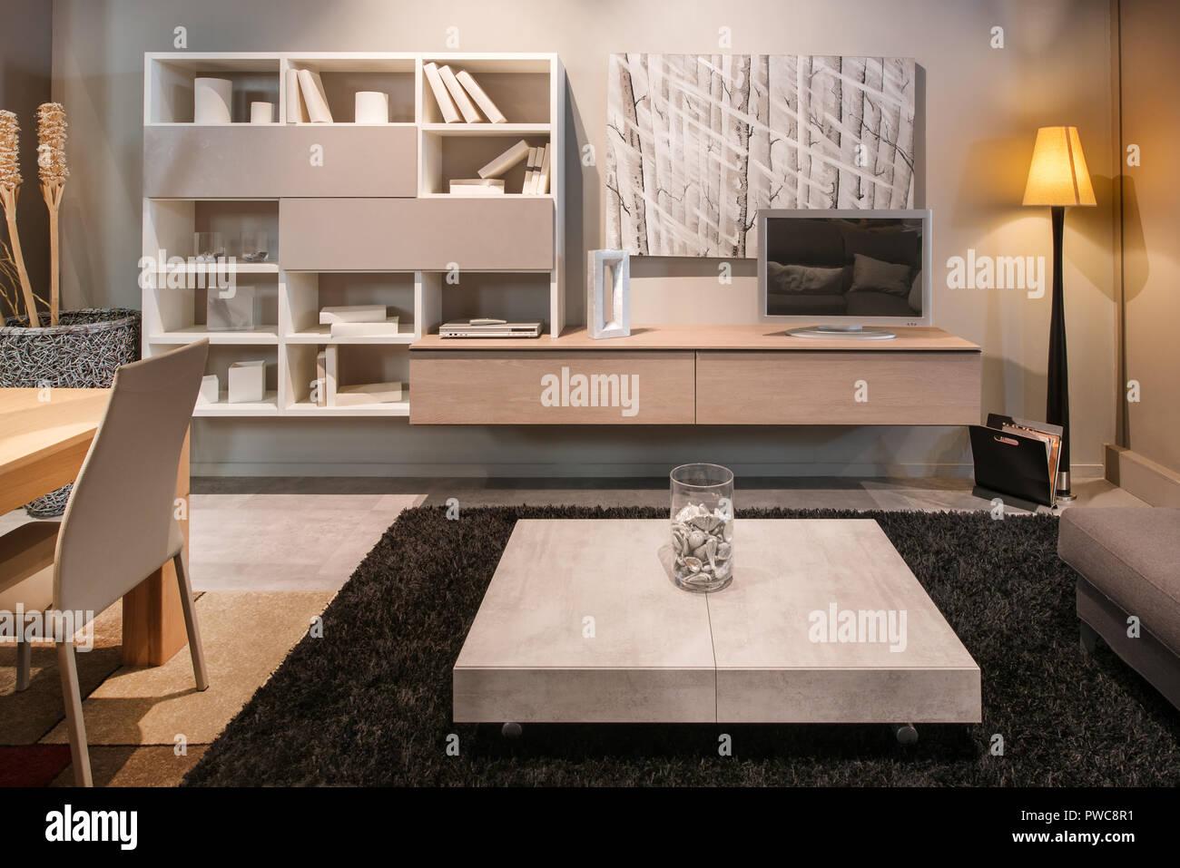 Soggiorno moderno interno con tavolo da pranzo piano aperto ...