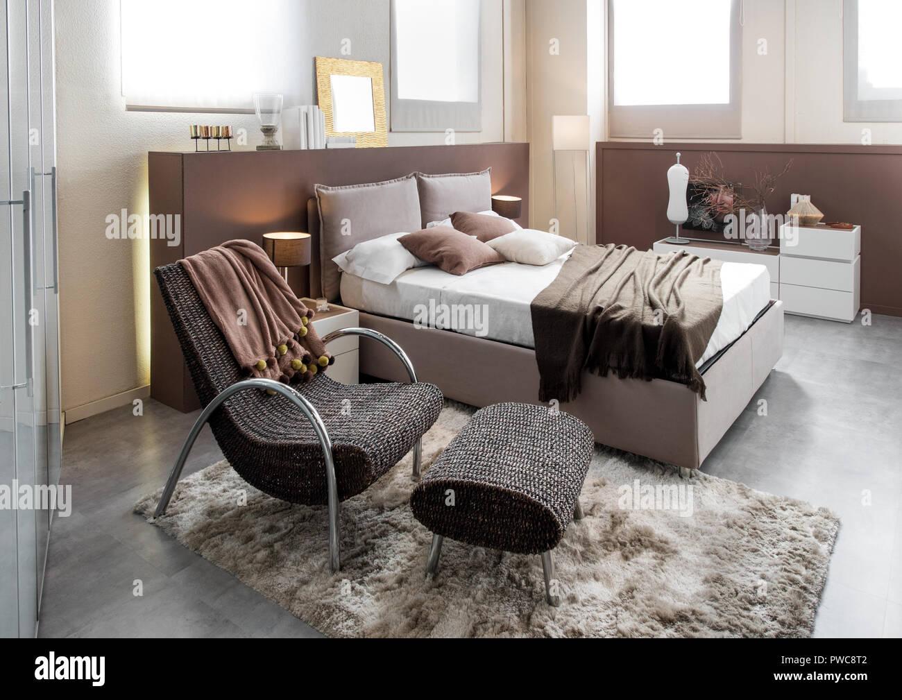 Moderna camera da letto di lusso con sedia reclinabile e ...