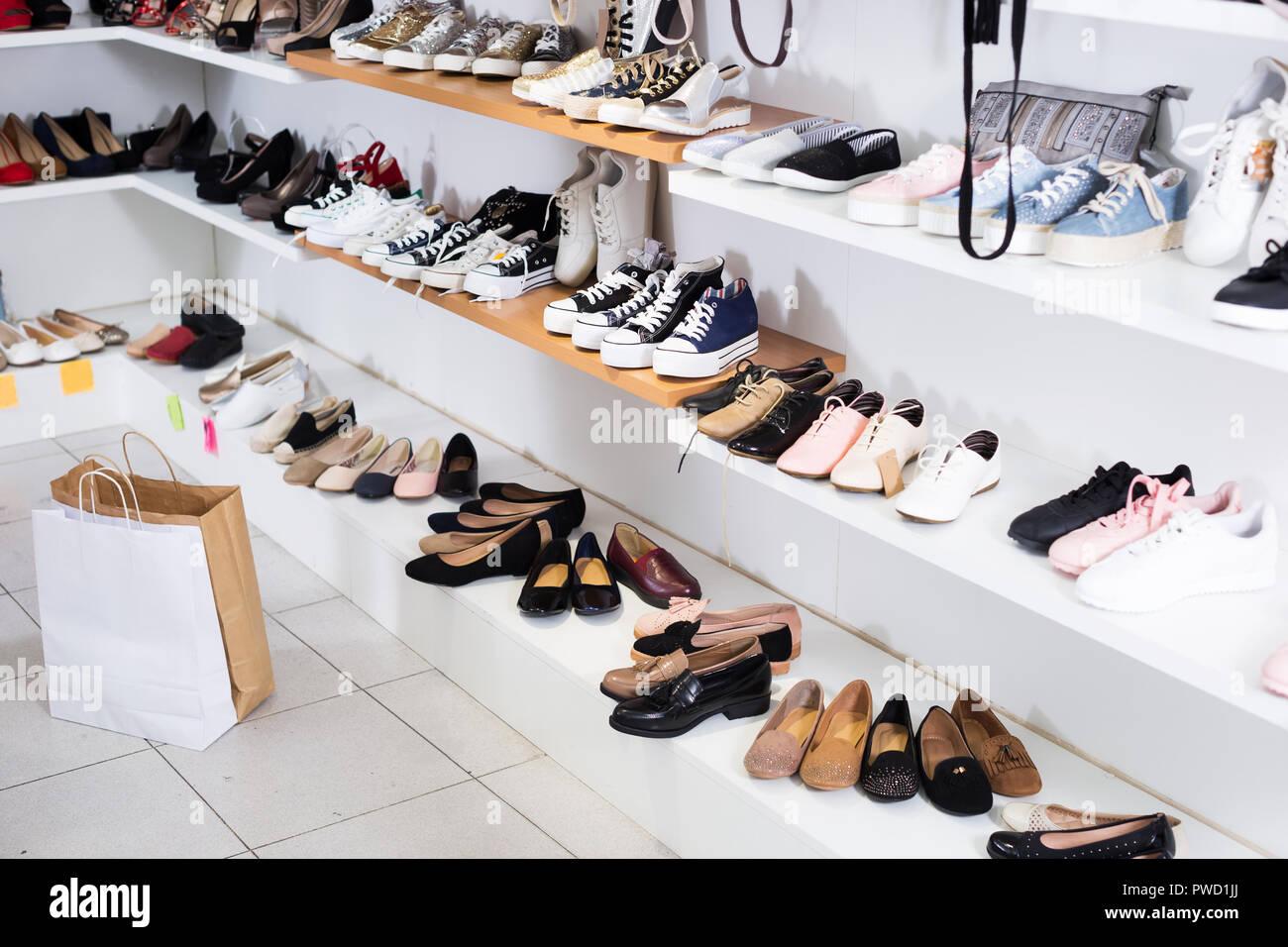 Scarpe sportive sono sugli scaffali del negozio Foto   Immagine ... e9c76be237d