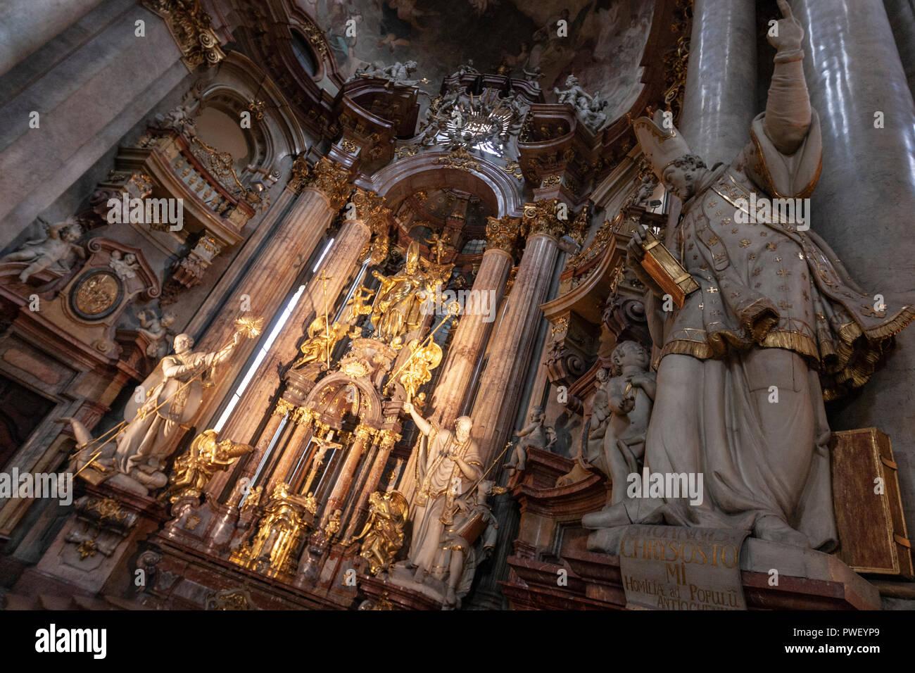 Il grande altare scultura di San Giovanni Crisostomo rivolto verso l'alto fino al cielo, nella chiesa di San Nicola, Malá Strana, Praga, Repubblica Ceca. Immagini Stock