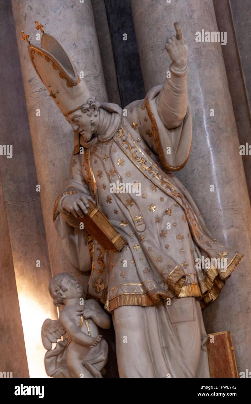 La scultura di San Giovanni Crisostomo rivolto verso l'alto fino al cielo, nella chiesa di San Nicola, Malá Strana, Praga, Repubblica Ceca. Immagini Stock