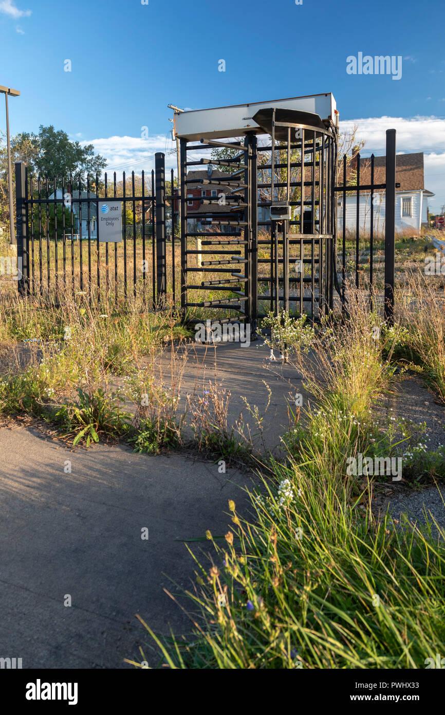 Detroit, Michigan - un tornello è tutto ciò che rimane su un abbandonato AT&T dipendente parcheggio. Immagini Stock
